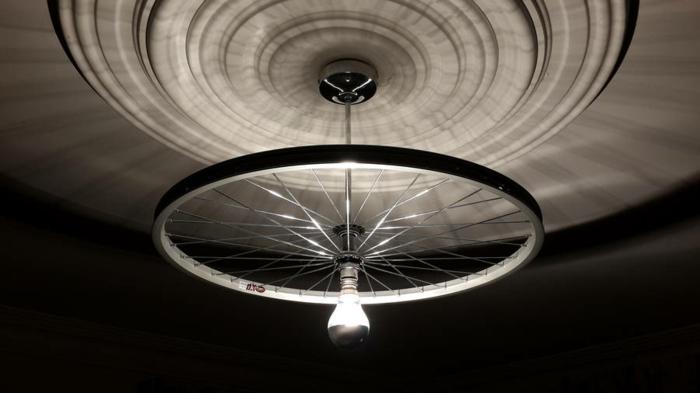 lampara con llanta de bicicleta reciclada