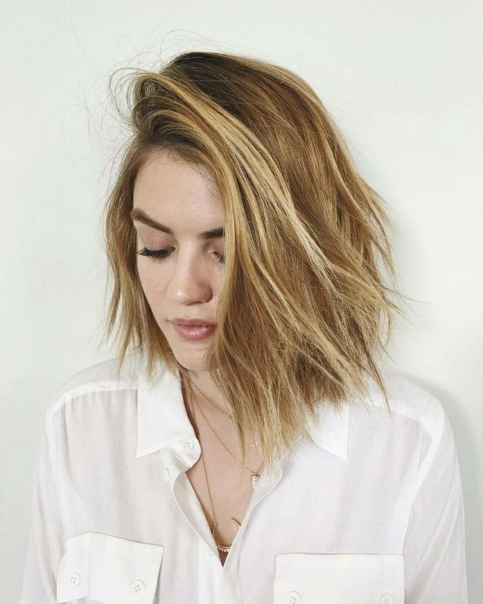 cortes de pelo corto mujer, corte estilo bob con raya al costado, mujer en camisa blanca