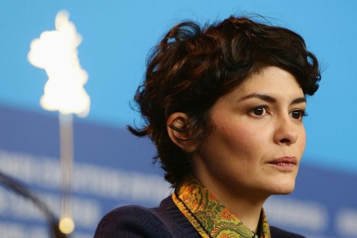 cortes de pelo corto, Audrey Tautou de perfil con corte pixie despeinado, fondo azul