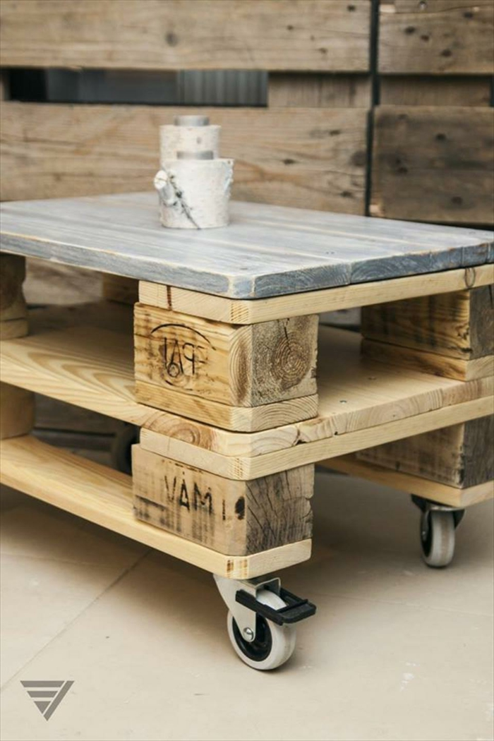 como hacer una mesa con palets, mesa cuadrada de palets pintada en gris con ruedas