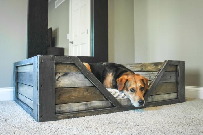 muebles hechos con palets, cama para perro de palets sobre alfombra blanca