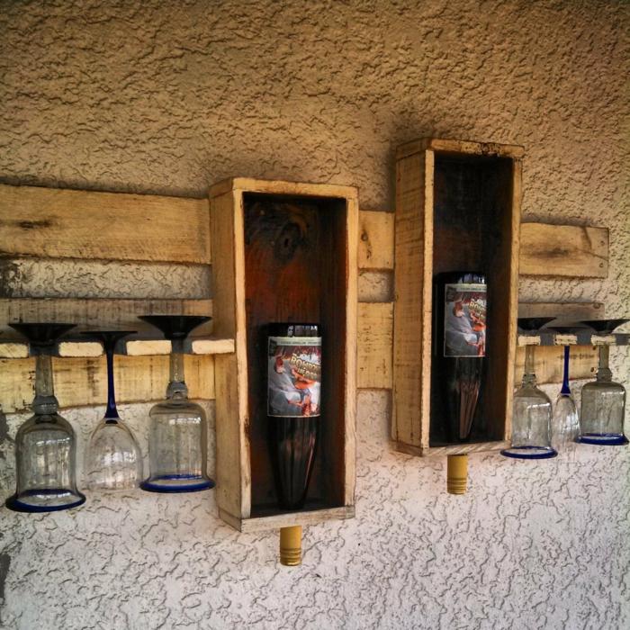 muebles hechos con palets, porta botellas de pared con vasos de vino tinto