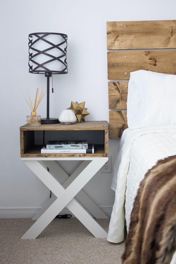 muebles hechos con palets, cabecero y mesa de noche de palets, libros y lámpara