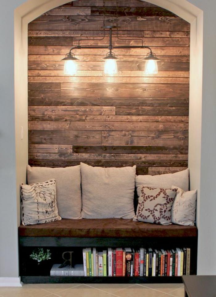 muebles hechos con palets, pared cubierta de pareds, sofá con cojines y libros, lámpara de araña