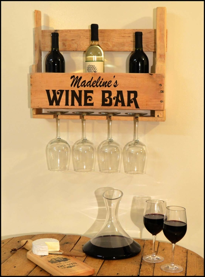 muebles hechos con palets, portabotellas de pared hechos con palets, mesa con garrafa y vasos, vino tinto