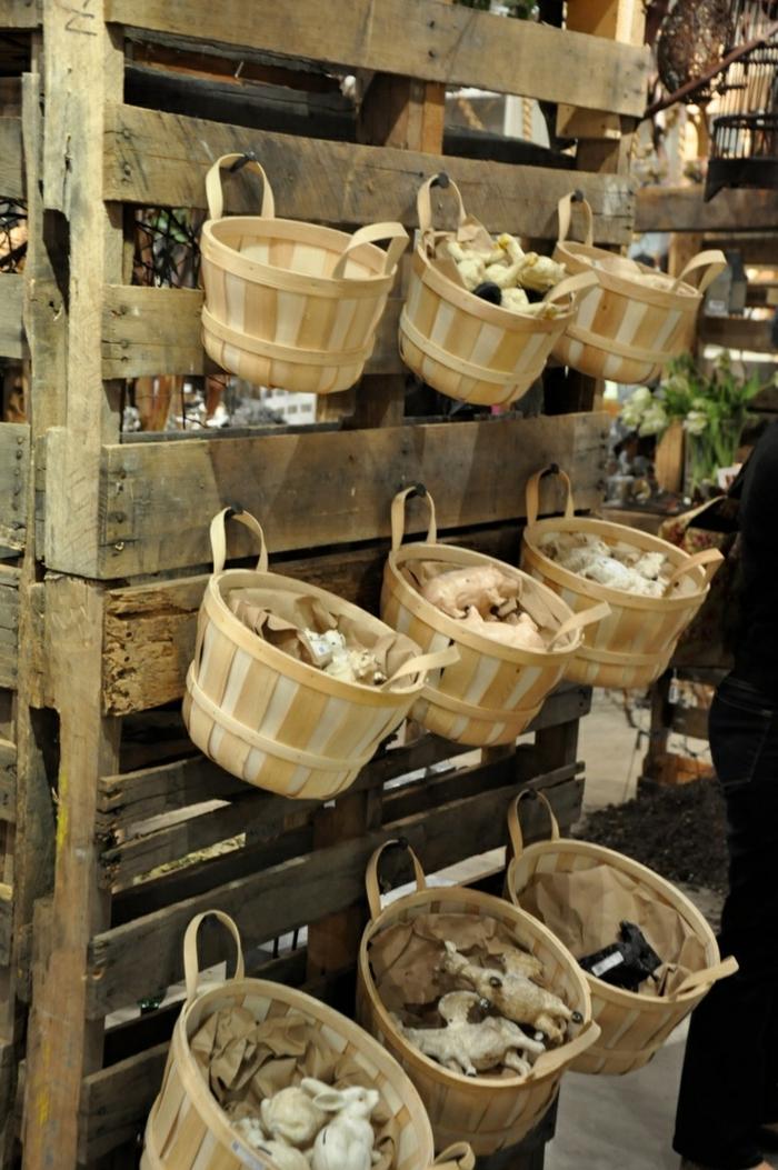 palets de madera, estantería, percha de madera con canastas de plástico para vender