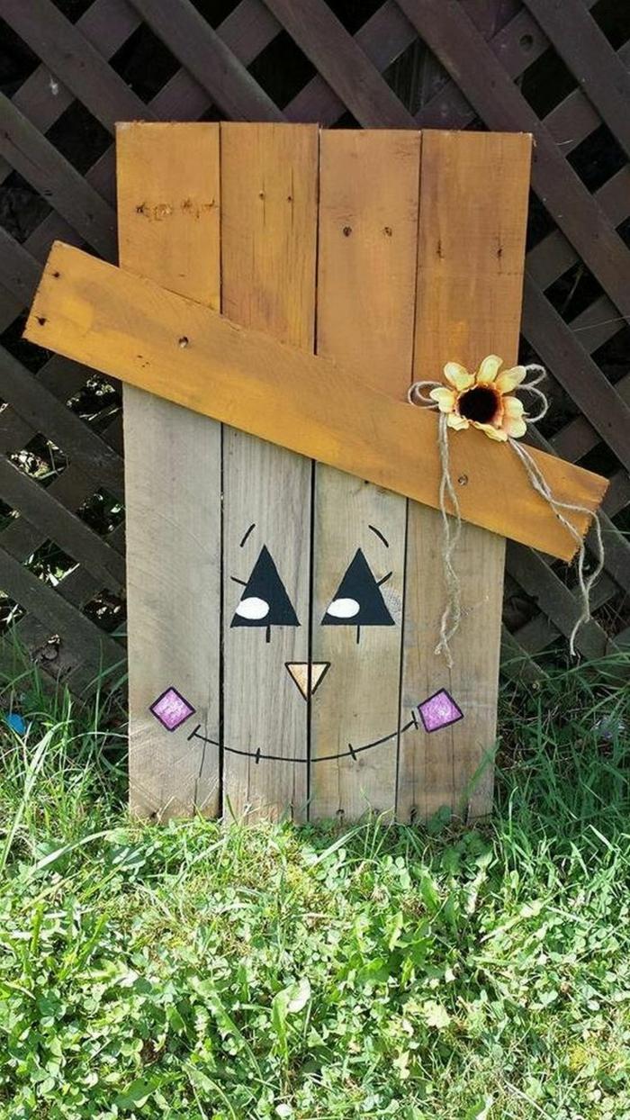 ideas con palets, decoración de jardín con paletas, cara con ojos y boca