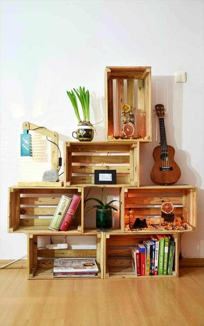 ideas con palets, estantería de pared con guitarra, libros y lámpara, pared blanca