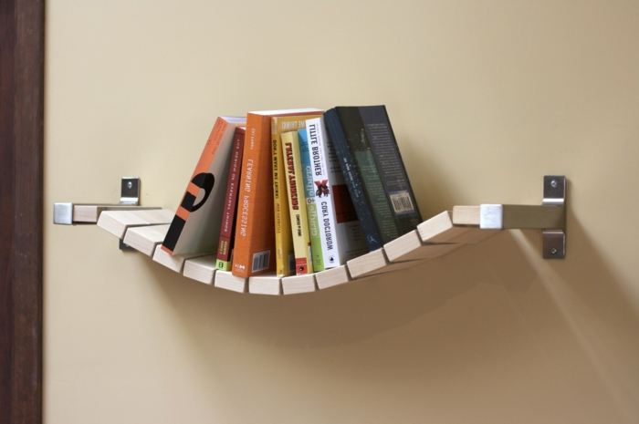mesas con palets, estante de palets madera para libros en pared