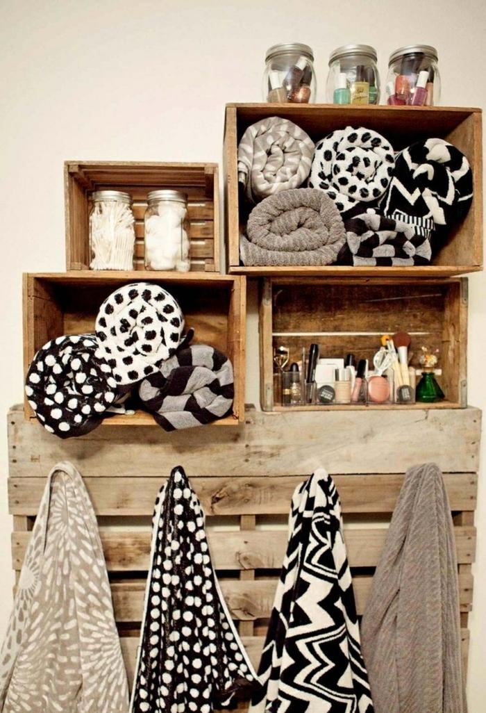 muebles con palets, estantería de cajas para baño con toallas y accesorios