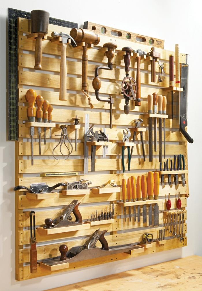 muebles con palets, estantería de pared con utensilios, martillos y destornillador