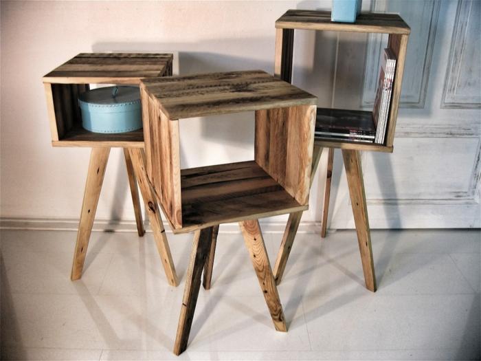 muebles con palets, estantes con piernas de palets con revistas y caja redonda