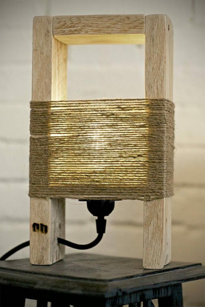 muebles con palets, lámpara hecha de palets, bombilla y cuerda