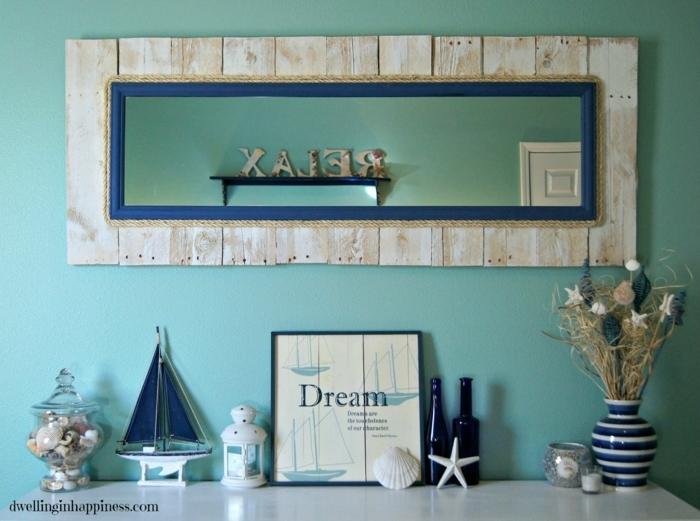 muebles con palets, pared azul, espejo con marco de palets, decoración náutica