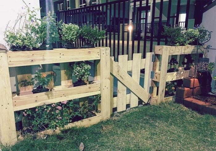 muebles de jardin con palets, cerca de jardin con palets, césped y macetas con flores