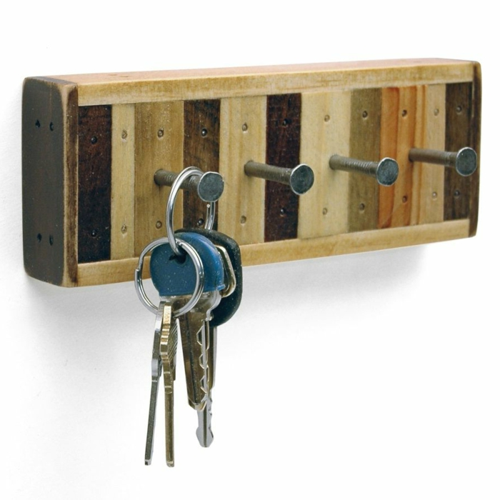 ideas con palets, porta llaves para pared de palets y clavos