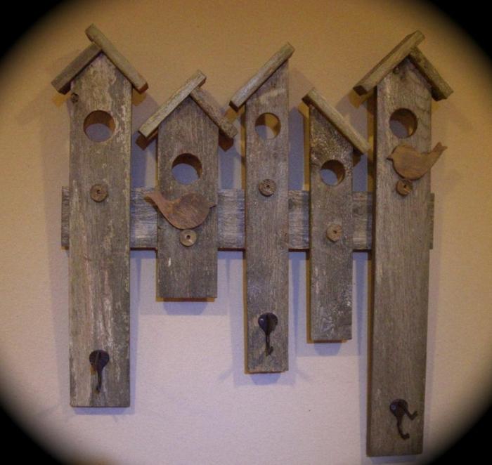ideas con palets, decoración de pared percha con palets, forma de casas para pájaros