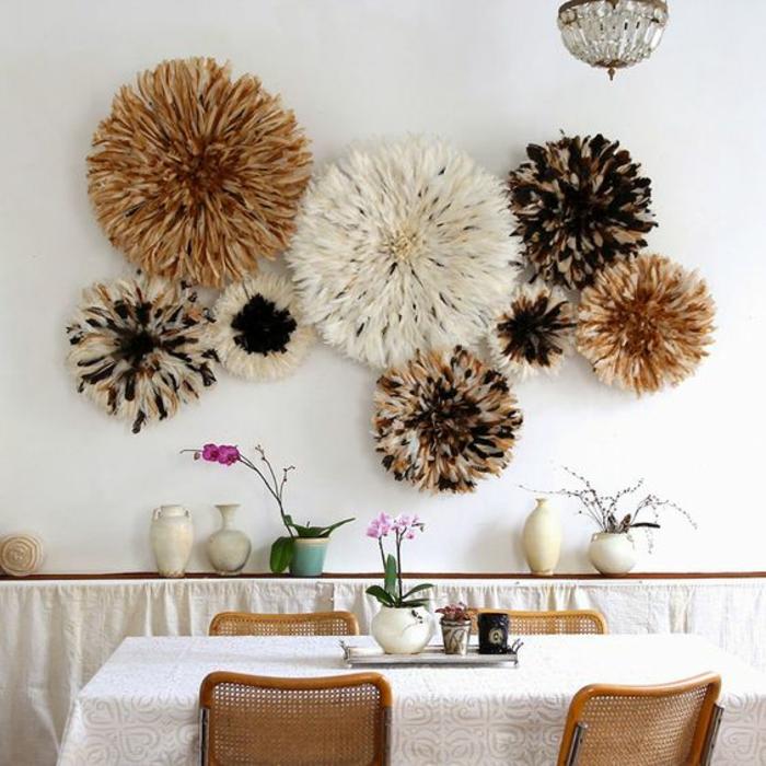 paredes decoradas, decoración de pared con frosetones de pluma