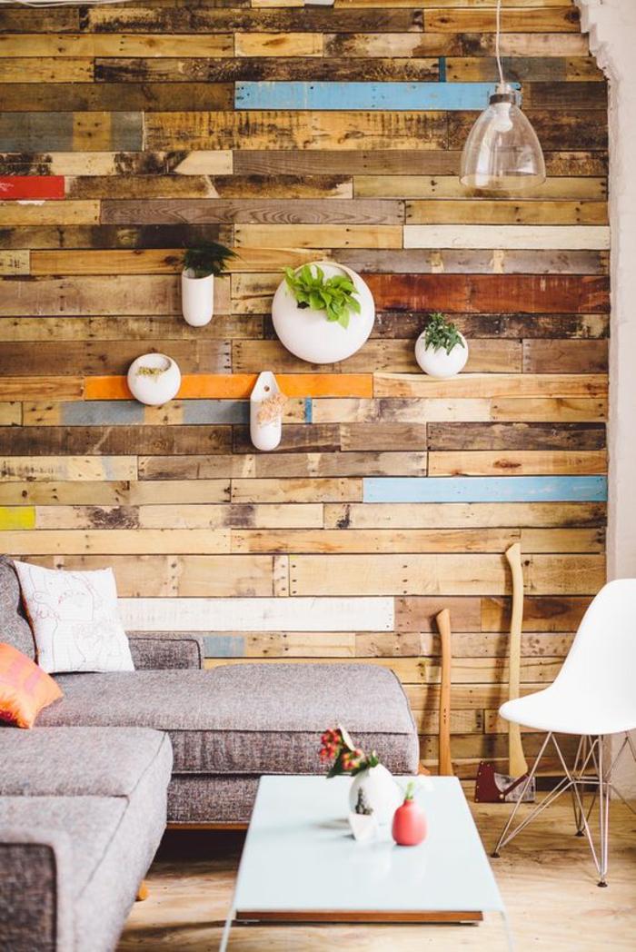 paredes decoradas, decoración de pared con palets de madera en diferentes colores y macetas