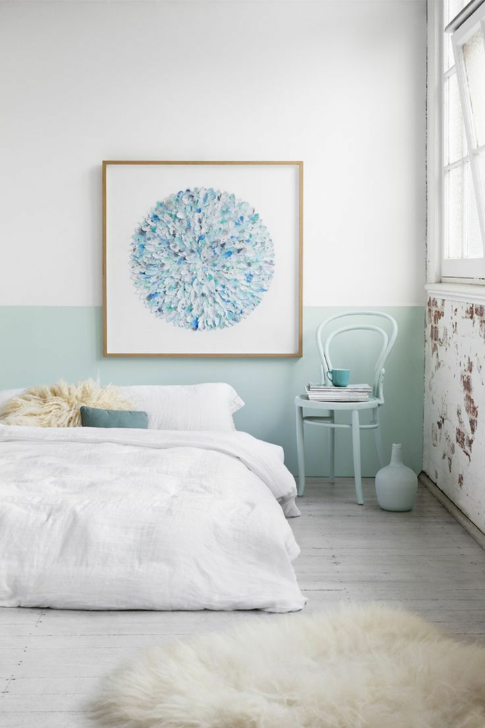 decoracion nordica, cama blanca, cuadro, pared en blanco y azul, silla y alfombra