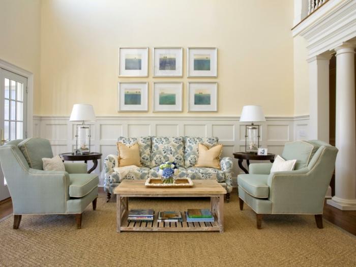 decoracion de interiores, sala de estar con sofá y sillones, lámparas blancas, alfombra y mesa con flores