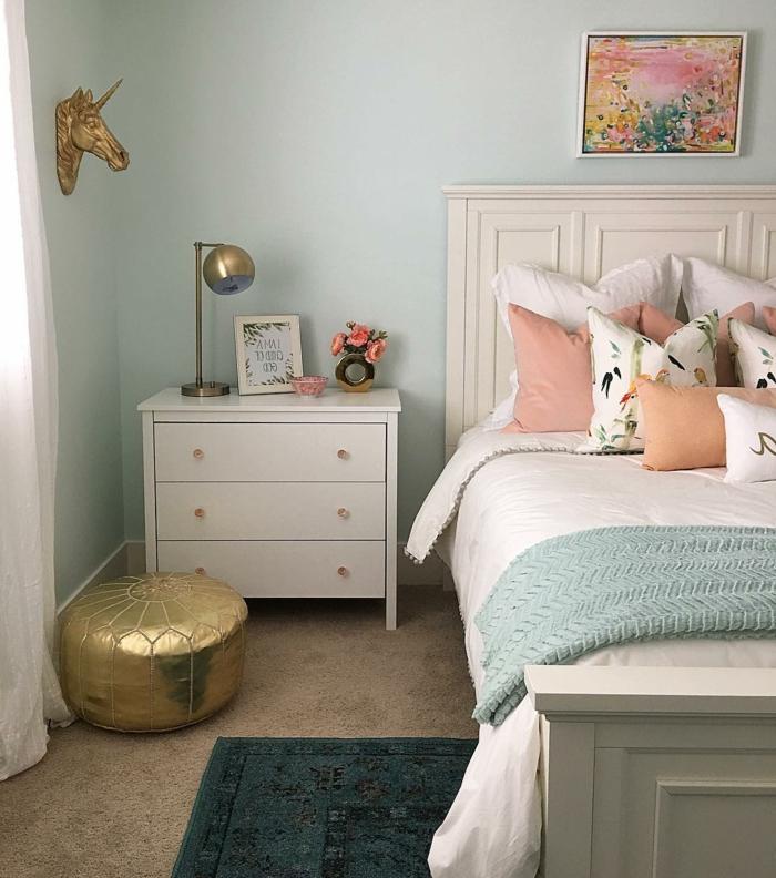 pintar paredes, decoracion dormitorio, colores pastel y dorado, cama y mesa de noche, cabeza de caballo y cuadro
