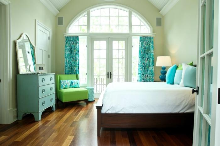 decoracion de interiores, cama blanca, armario en turquesa, sillon verde, ventanal y cortinas azules pastel