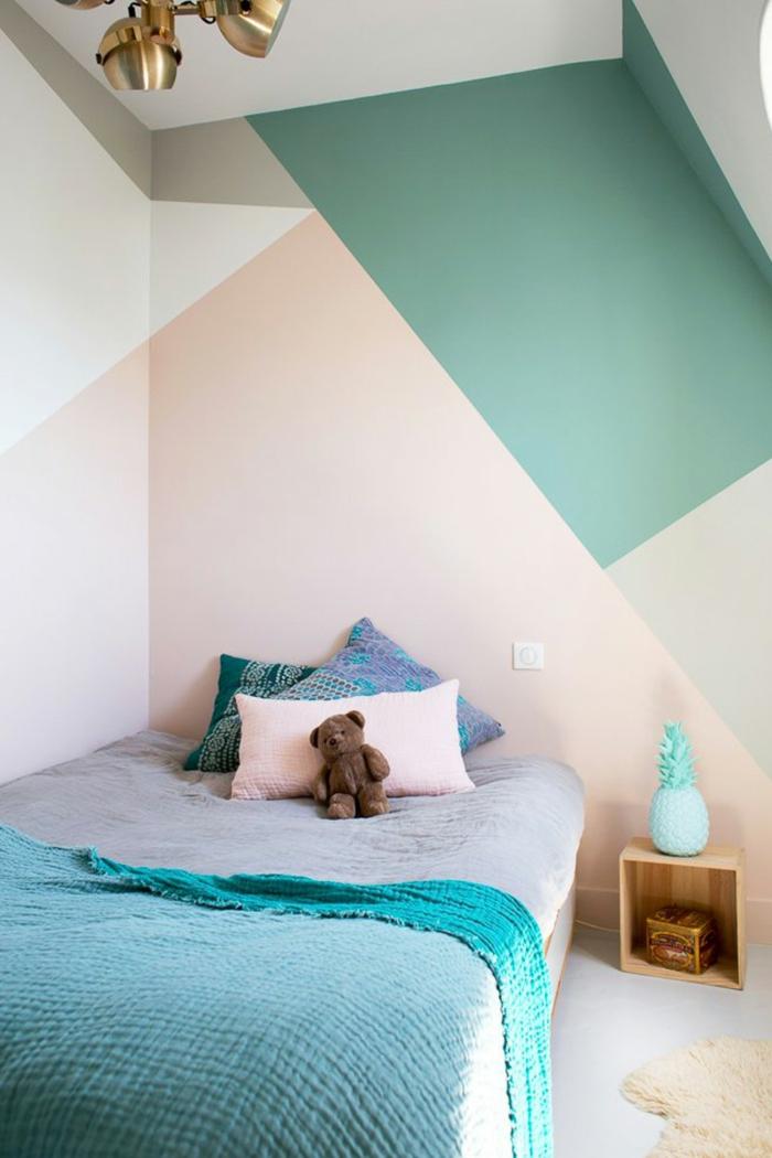 pintar paredes, cama individual con peluche, pared pintada en colores pastel