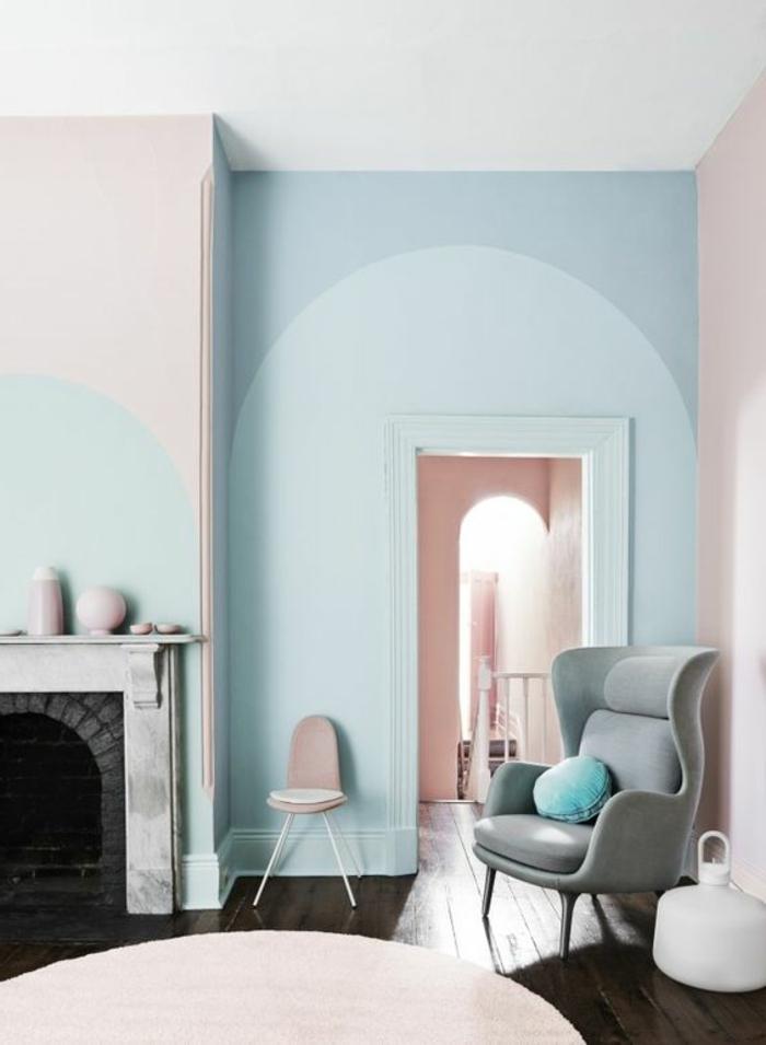 decoracion de interiores, pintar paredes, decoracion sala de estar con chimenea y sillón, pared en azul y rosa pastel