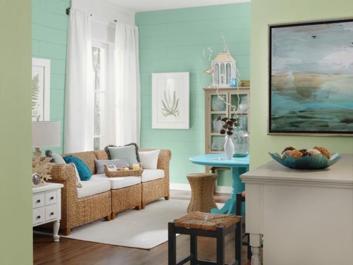 pintar paredes, sofá de rattan, paredes en verde menta, mesa azul, alfombra blanca