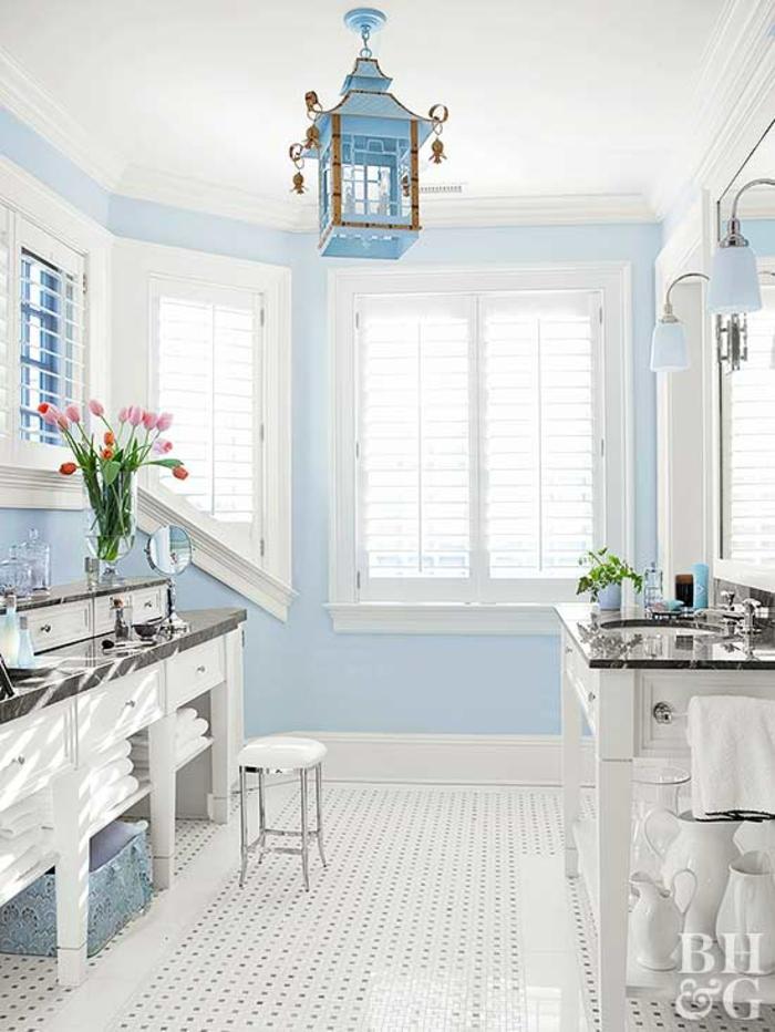 pintar paredes, decoración de baño en blanco y azul, ventanas grandes, lámpara colgante y flores