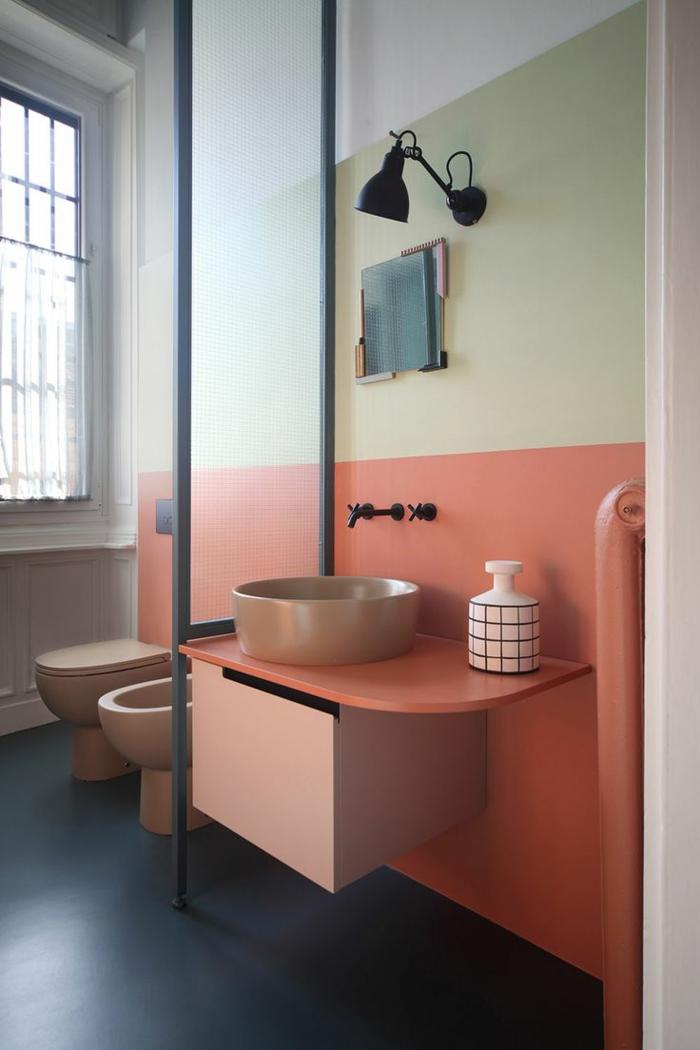 paredes pintadas, cuarto de baño con pared en blanco, verde y naranja, lavabo con espejo y jabonera