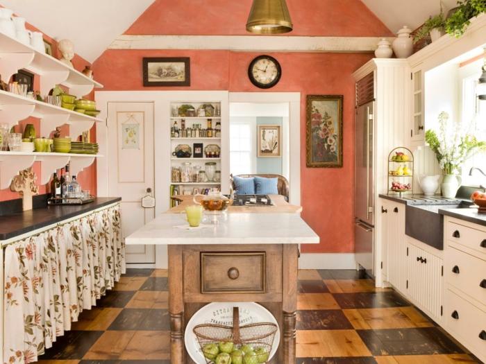 paredes pintadas, cocina en naranja, blanco y madera, estanterías con platos, nevera y alacenas, mesa de madera