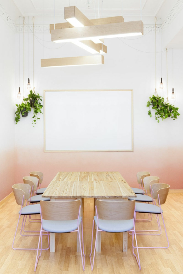 paredes-pintadas-comedor con pared estilo ombre en roza pastel, mesa de madera, sillas tapizadas, bombillas colgantes