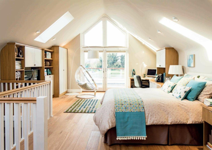paredes pintadas, ventanal y sillón, cama doble, armarios y estanterías de madera