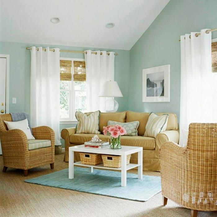 paredes pintadas, sillones y sofá de rattan, alfombra y paredes en color pastel, ventana con cortinas