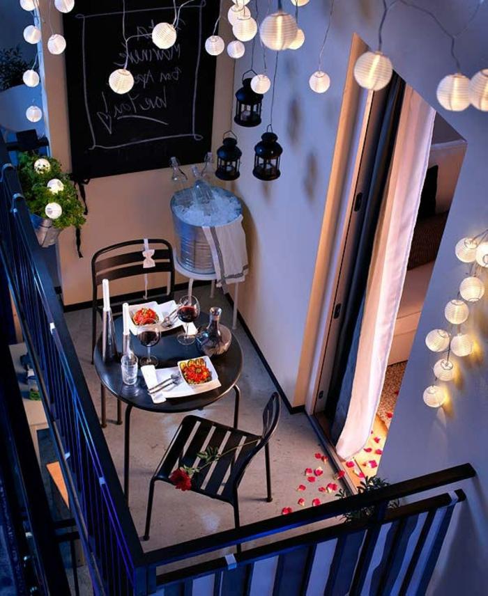 terrazas con encanto, balcón con mesa retonda, luces colgantes, pizarra y linternas