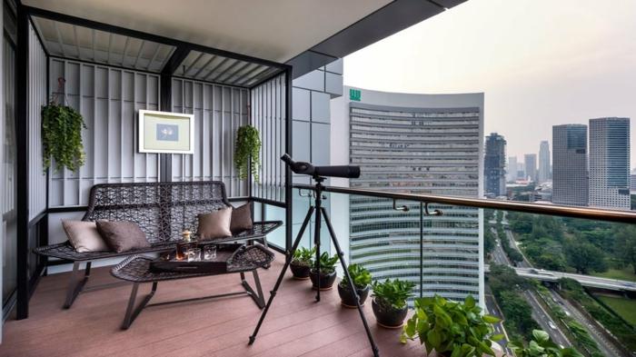 terrazas con encanto, balcón con tarima, mesa y sofá de rattán, plantas y telescopio