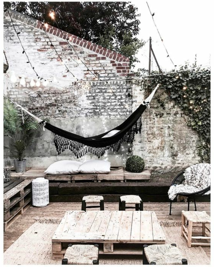 terrazas con encanto, terraza con muebles de palets, hamaca negra, silla Acapulco