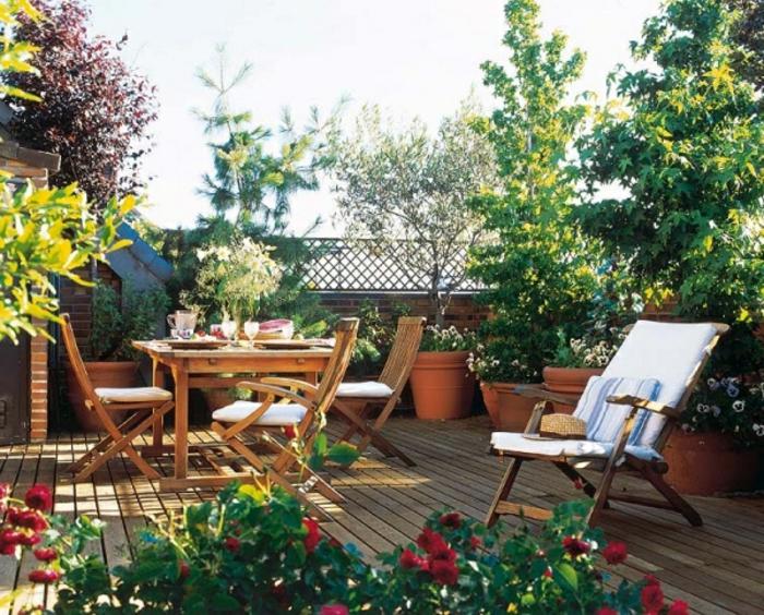 terrazas con encanto, terraza con suelo tarima, mesa y sillas de madera, árboles, plantas decorativas