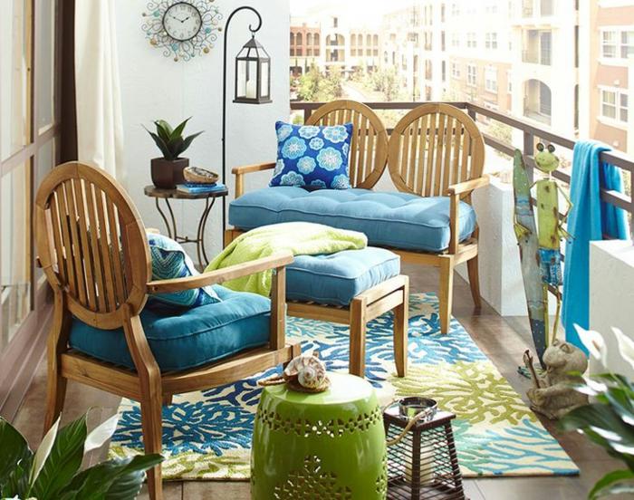 terrazas pequeñas, balcón decorado en verde y azul, muebles de madera, alfombra, reloj de pared