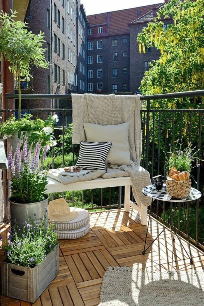 terrazas pequeñas, balcón con suelo de madera, tapete y hierbas, banca con cojines, mesita redonda