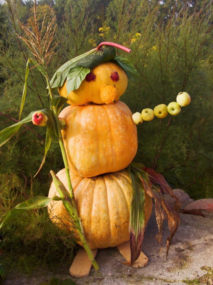 calabazas de Halloween, campesino hecho de calabazas con cabello de hojas y mano de manzanas