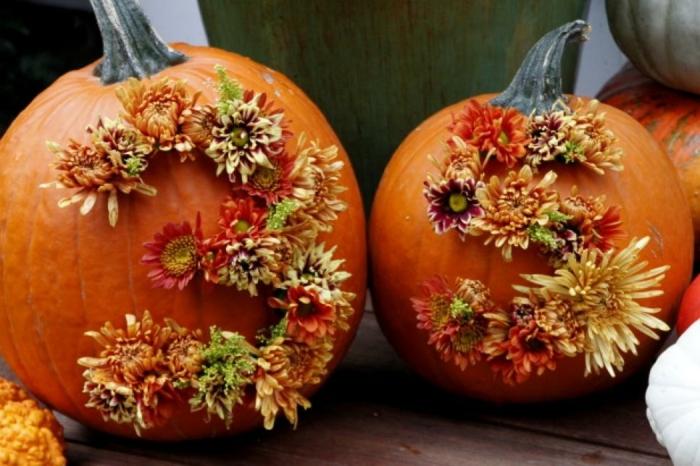 calabaza Halloween, dos calabazas adornadas con flores de otoño, numero 35