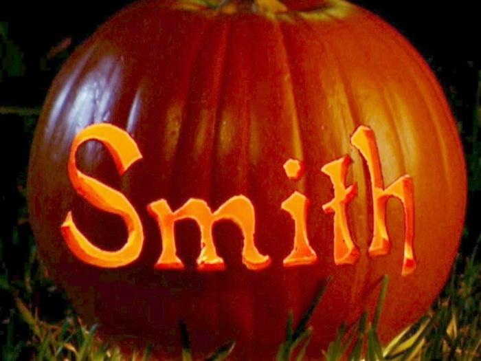 calabaza Halloween, calabaza tallada e iluminada con apellido Smith