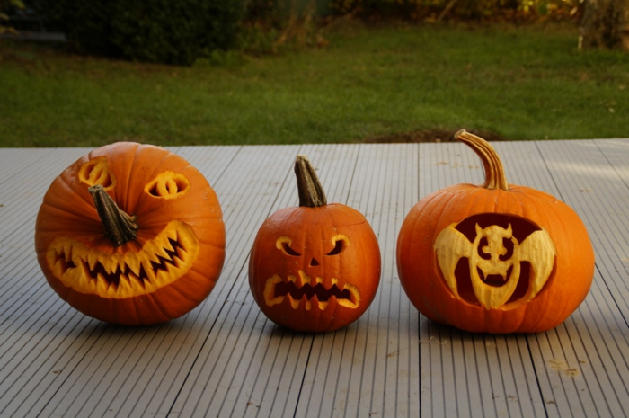 calabaza Halloween, tres calabazas con caras terrorificas y murciélago