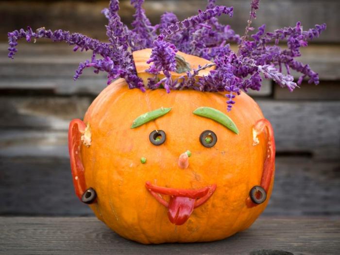 calabazas Halloween, calabaza entera decorada con aceitunas, pimienta y flores