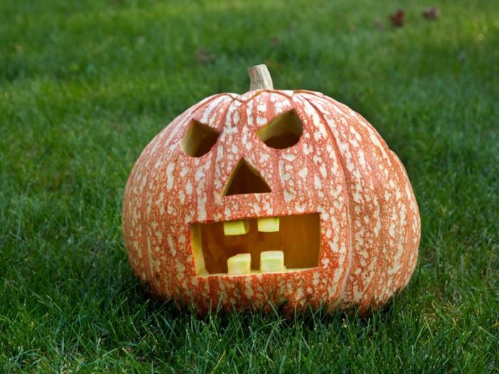 calabazas Halloween, calabaza tallada con cara terorifica, blanco y naranja