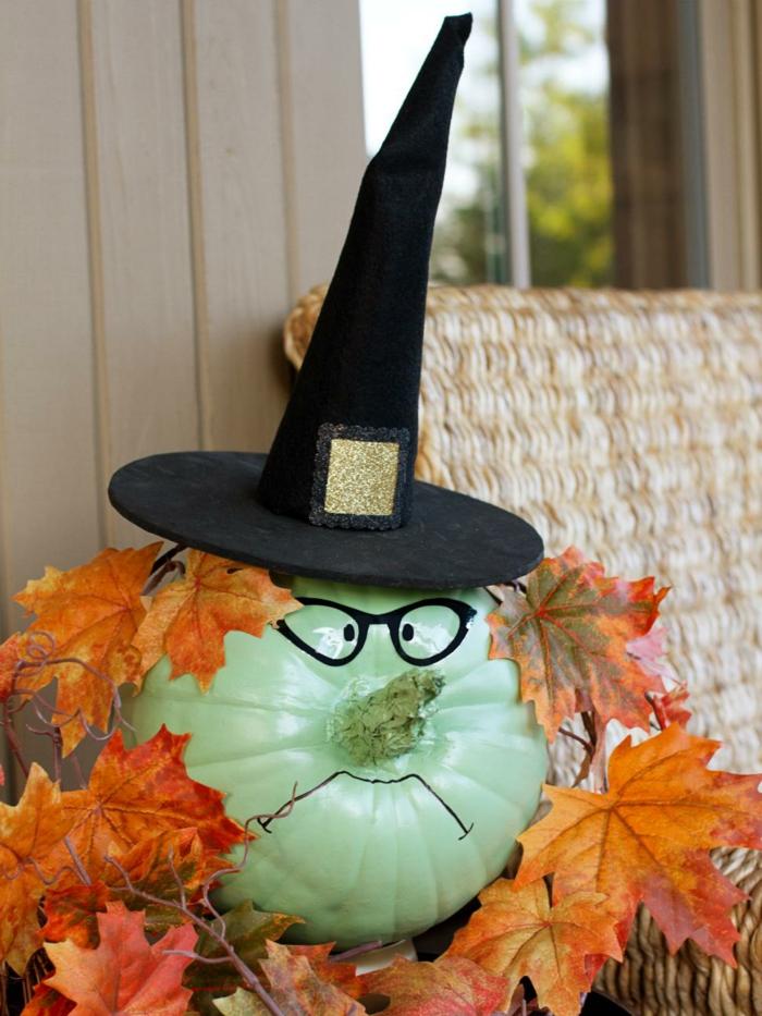 calabazas Halloween, calabaza decorada con gafas y gorro, hojas de otoño