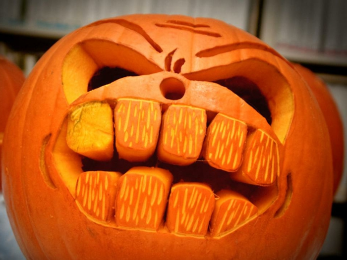 calabazas decorada, calabaza de halloween color naranja tallada con grandes dientes